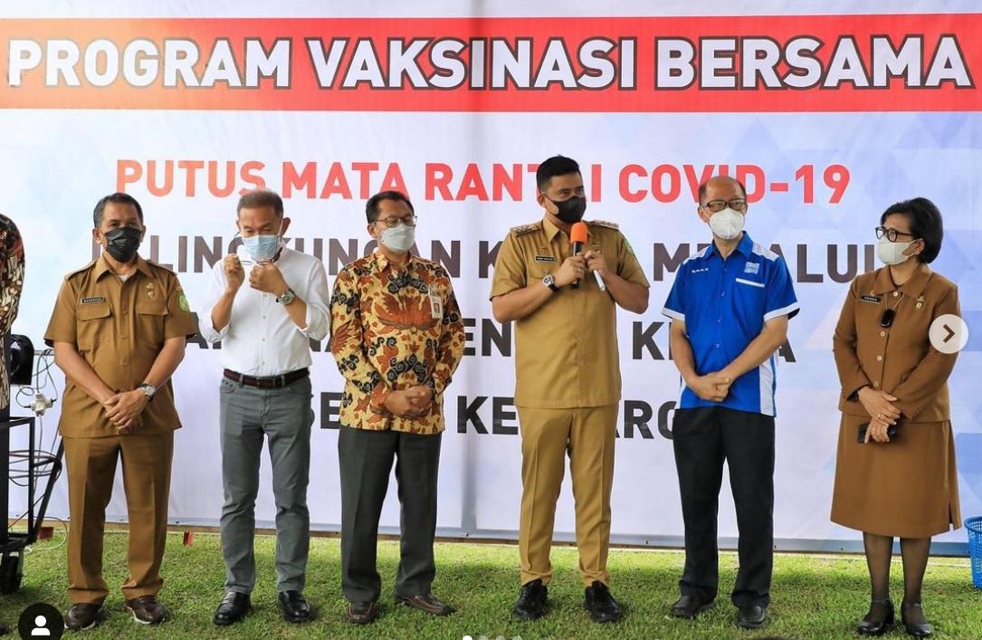 Wali Kota Medan M. Bobby Afif Nasution, SE, MM Didampingi oleh Plt. Kadis Kesehatan Kota Medan dr Mardohar Tambunan Meninjau Pelaksanaan Vaksinasi Kepada 3.030 Orang Tenaga Kerja Beserta Keluarga di PT Industri Karet Deli Kec